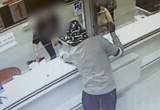 بالفيديو: رجل إسرائيلي ينجح في سرقة بنكين بقنبلة أفوكادو صورة رقم 4