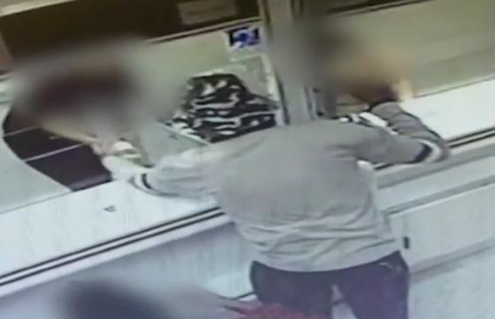 بالفيديو: رجل إسرائيلي ينجح في سرقة بنكين بقنبلة أفوكادو صورة رقم 5