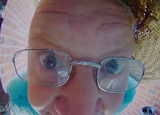 فيديو طريف.. أمريكي يقرّب وجهه بشدة من كاميرا خاصة بجرس الباب صورة رقم 3