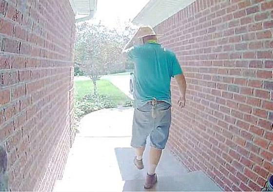 فيديو طريف.. أمريكي يقرّب وجهه بشدة من كاميرا خاصة بجرس الباب صورة رقم 7