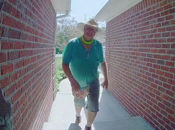 فيديو طريف.. أمريكي يقرّب وجهه بشدة من كاميرا خاصة بجرس الباب صورة رقم 1
