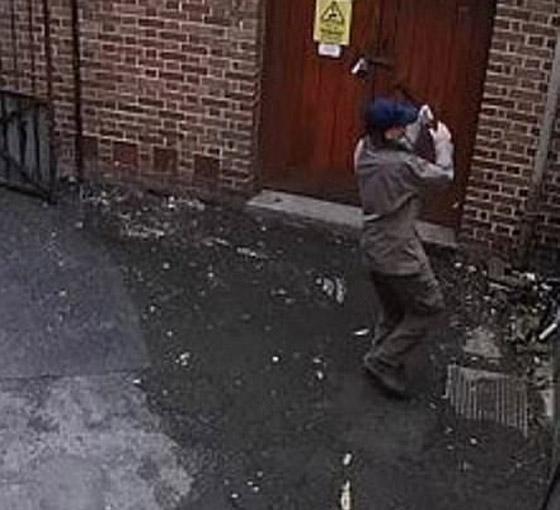 رجل عنصري يشعل النار بنفسه عن طريق الخطأ بينما حاول إحراق كنيس صورة رقم 1