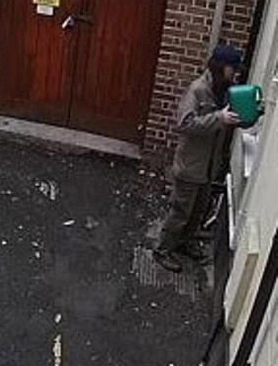 رجل عنصري يشعل النار بنفسه عن طريق الخطأ بينما حاول إحراق كنيس صورة رقم 2
