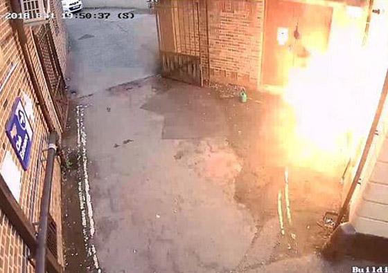 رجل عنصري يشعل النار بنفسه عن طريق الخطأ بينما حاول إحراق كنيس صورة رقم 4