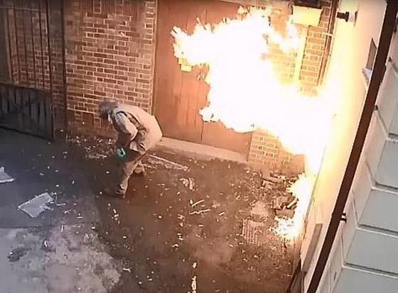رجل عنصري يشعل النار بنفسه عن طريق الخطأ بينما حاول إحراق كنيس صورة رقم 6