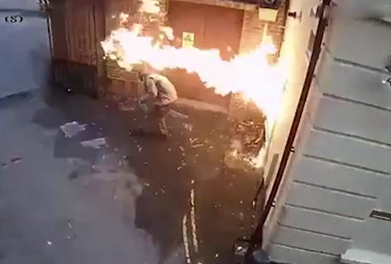 رجل عنصري يشعل النار بنفسه عن طريق الخطأ بينما حاول إحراق كنيس صورة رقم 5
