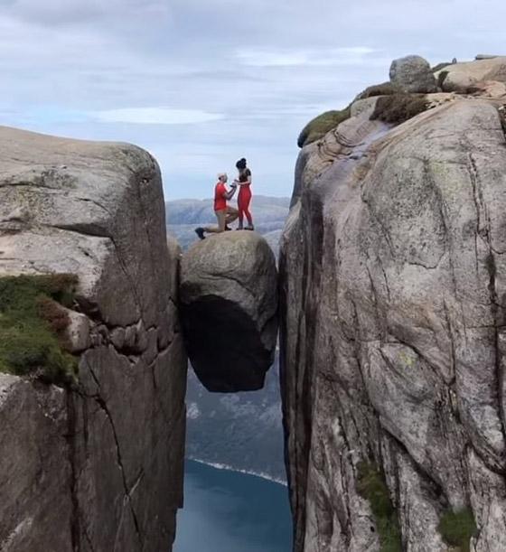 رجل يطلب الزواج من صديقته من فوق أخطر الأماكن في العالم صورة رقم 1