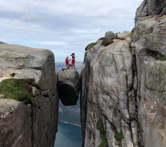 رجل يطلب الزواج من صديقته من فوق أخطر الأماكن في العالم صورة رقم 2