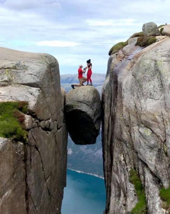 رجل يطلب الزواج من صديقته من فوق أخطر الأماكن في العالم صورة رقم 3