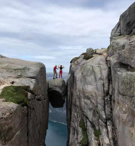 رجل يطلب الزواج من صديقته من فوق أخطر الأماكن في العالم صورة رقم 5