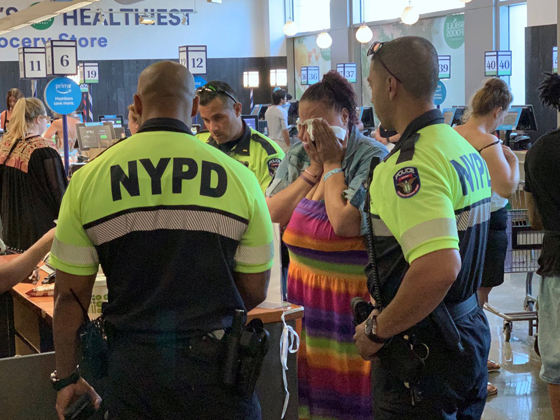 موقف مذهل! ماذا فعل رجال الشرطة لسيدة سرقت طعام من متجر؟ صورة رقم 1