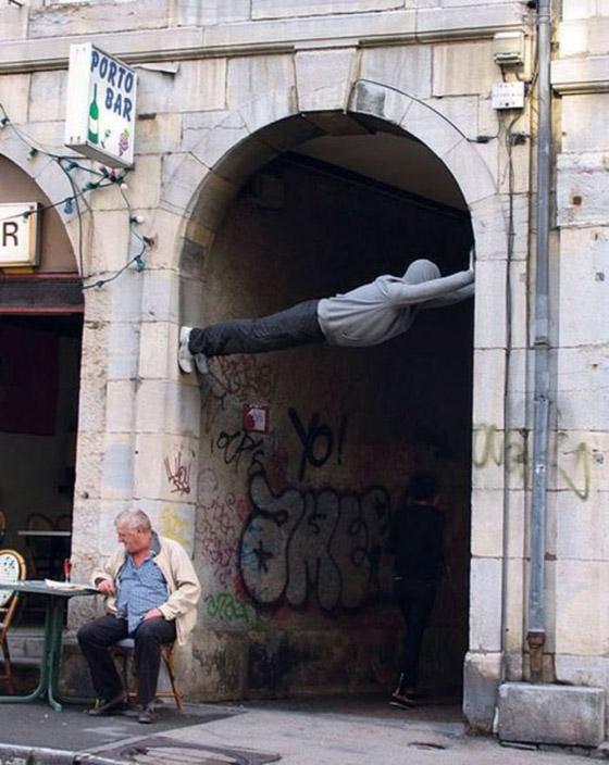 بالصور: فنان أمريكي يضع تماثيل بشرية واقعية حول العالم ليعبث مع الناس صورة رقم 1