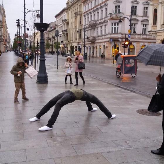 بالصور: فنان أمريكي يضع تماثيل بشرية واقعية حول العالم ليعبث مع الناس صورة رقم 6