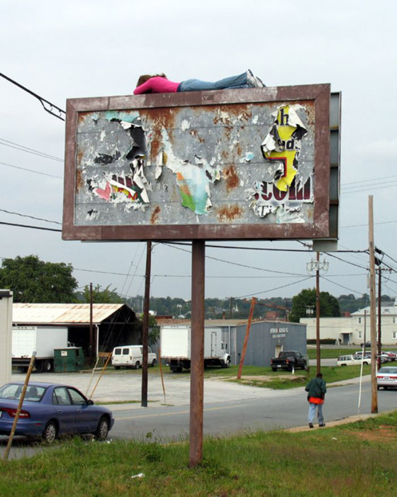 بالصور: فنان أمريكي يضع تماثيل بشرية واقعية حول العالم ليعبث مع الناس صورة رقم 4