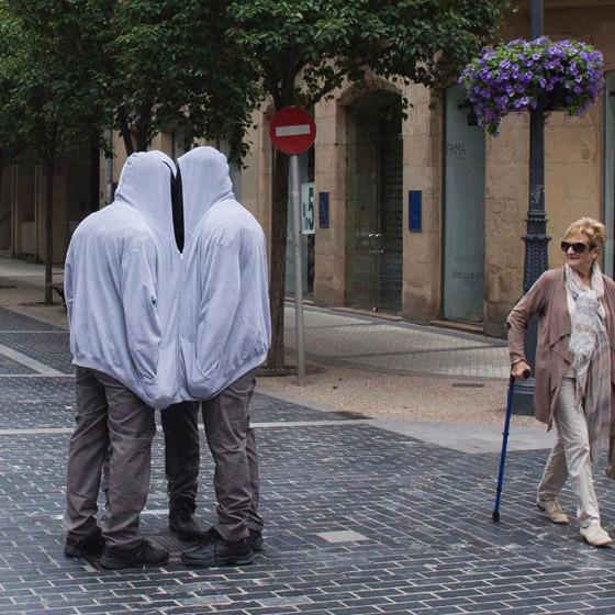 بالصور: فنان أمريكي يضع تماثيل بشرية واقعية حول العالم ليعبث مع الناس صورة رقم 12