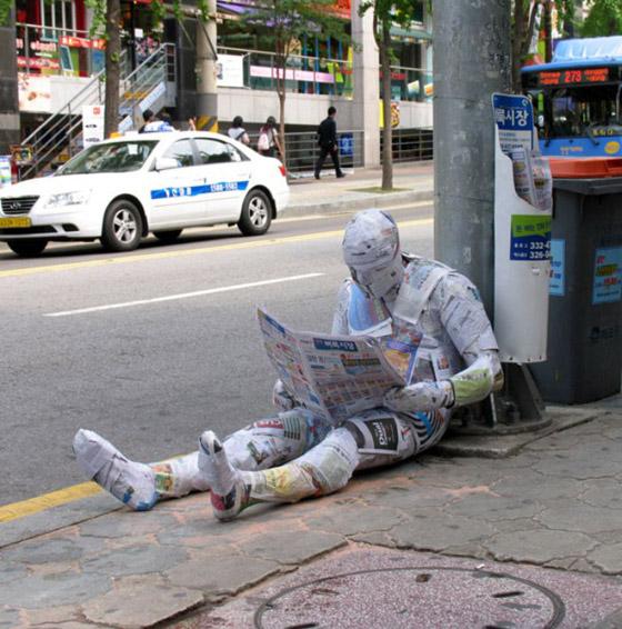 بالصور: فنان أمريكي يضع تماثيل بشرية واقعية حول العالم ليعبث مع الناس صورة رقم 15
