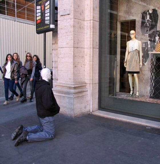 بالصور: فنان أمريكي يضع تماثيل بشرية واقعية حول العالم ليعبث مع الناس صورة رقم 17