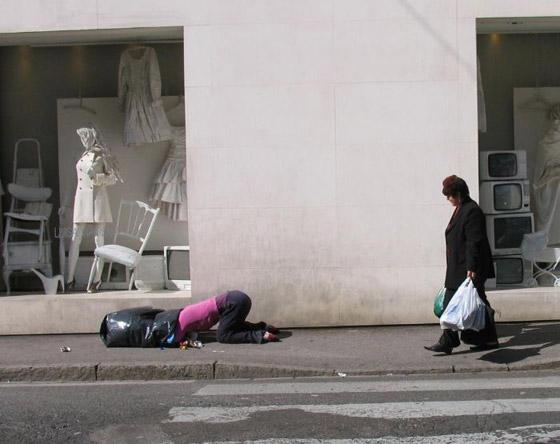 بالصور: فنان أمريكي يضع تماثيل بشرية واقعية حول العالم ليعبث مع الناس صورة رقم 22