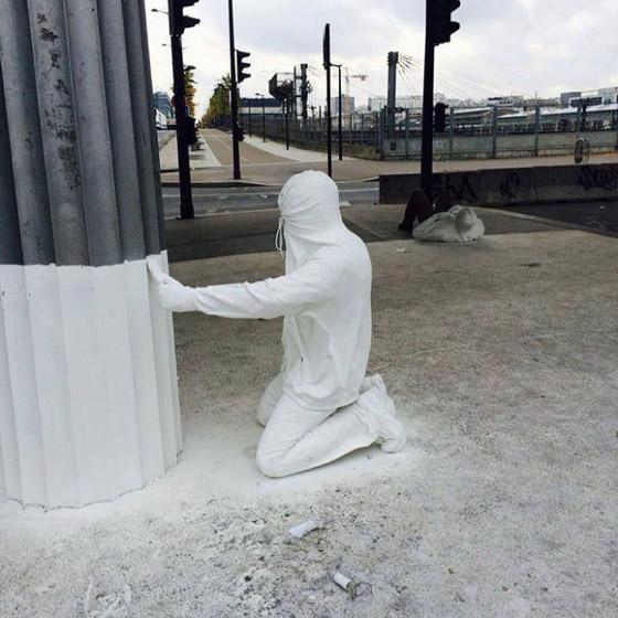 بالصور: فنان أمريكي يضع تماثيل بشرية واقعية حول العالم ليعبث مع الناس صورة رقم 27