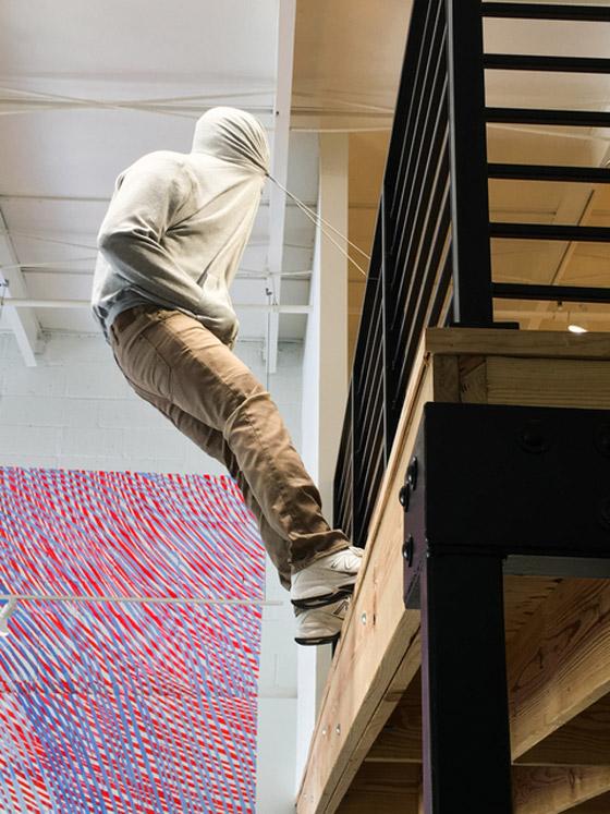 بالصور: فنان أمريكي يضع تماثيل بشرية واقعية حول العالم ليعبث مع الناس صورة رقم 33