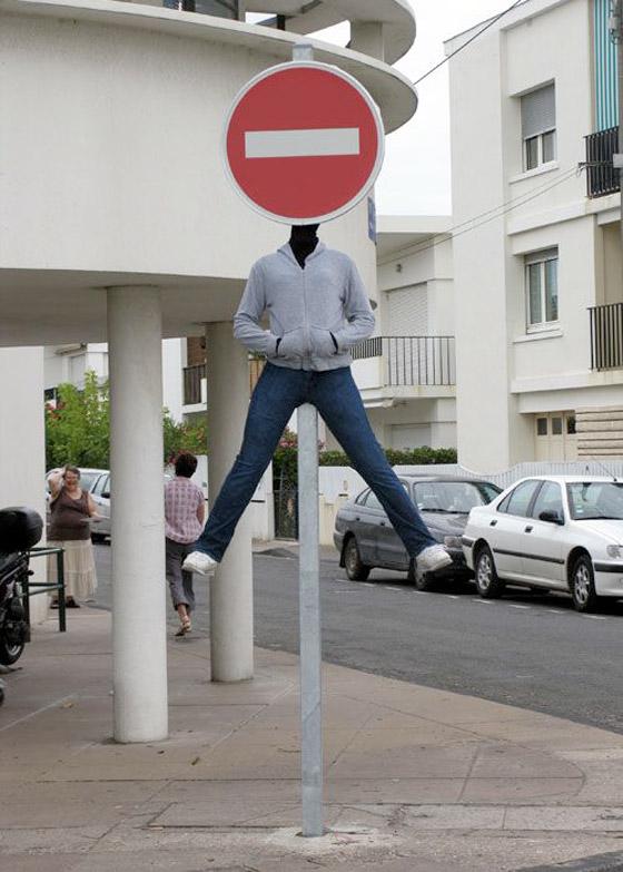 بالصور: فنان أمريكي يضع تماثيل بشرية واقعية حول العالم ليعبث مع الناس صورة رقم 34