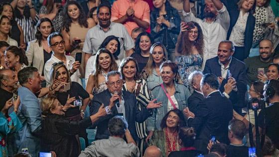 رئيس الحكومة اللبناني يشعل مواقع التواصل بغنائه لعبد الحليم صورة رقم 5