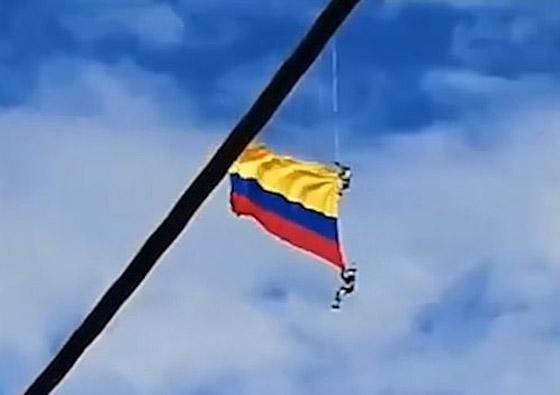 نهاية مأساوية لعسكريين كولومبيين انقطع حبلهما خلال عرض جوي صورة رقم 2