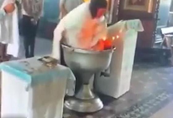 أم تنقضّ على قس روسي وهو يغرق طفلها بعنف في الماء أثناء تعميده! فيديو صورة رقم 4