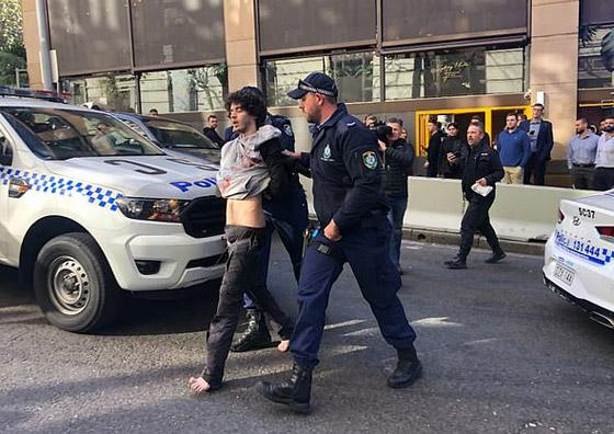 مسلح يهاجم المارة طعنا في سيدني الأسترالية وهو يهتف (الله أكبر)! فيديو صورة رقم 1