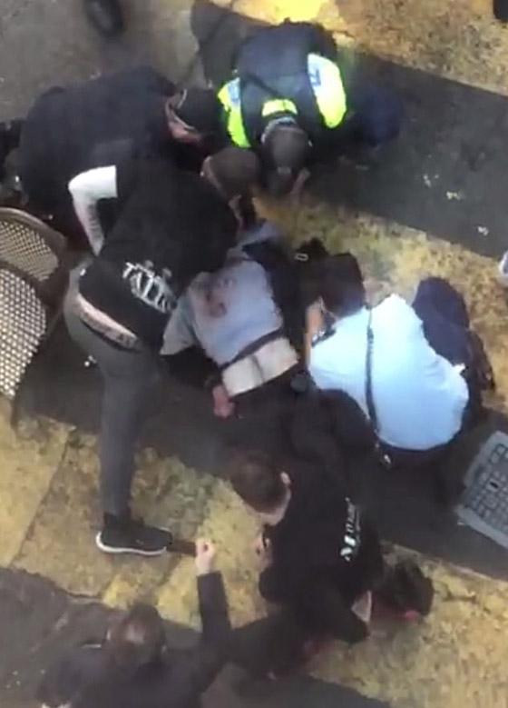 مسلح يهاجم المارة طعنا في سيدني الأسترالية وهو يهتف (الله أكبر)! فيديو صورة رقم 4