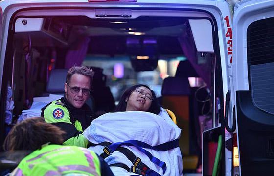 مسلح يهاجم المارة طعنا في سيدني الأسترالية وهو يهتف (الله أكبر)! فيديو صورة رقم 14