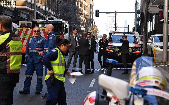 مسلح يهاجم المارة طعنا في سيدني الأسترالية وهو يهتف (الله أكبر)! فيديو صورة رقم 18