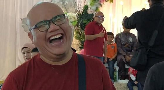 فيديو مضحك لرد فعل رجل ماليزي بعدما فوجئ بشبيهه في حفل زفاف! صورة رقم 1