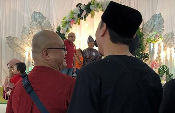 فيديو مضحك لرد فعل رجل ماليزي بعدما فوجئ بشبيهه في حفل زفاف! صورة رقم 2