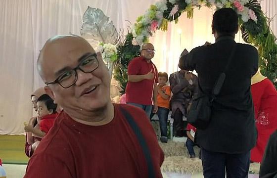 فيديو مضحك لرد فعل رجل ماليزي بعدما فوجئ بشبيهه في حفل زفاف! صورة رقم 4
