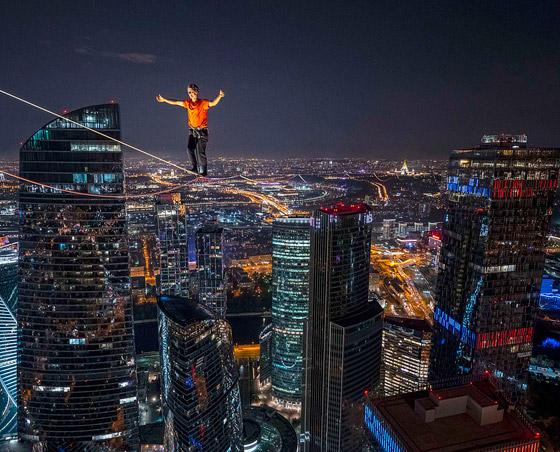 رياضيون يدخلون موسوعة غينيس بالمشي على الحبال على ارتفاع مستحيل! صورة رقم 1