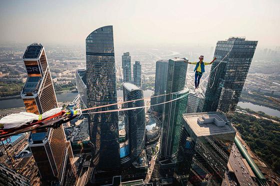 رياضيون يدخلون موسوعة غينيس بالمشي على الحبال على ارتفاع مستحيل! صورة رقم 2