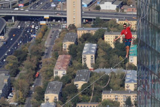 رياضيون يدخلون موسوعة غينيس بالمشي على الحبال على ارتفاع مستحيل! صورة رقم 10