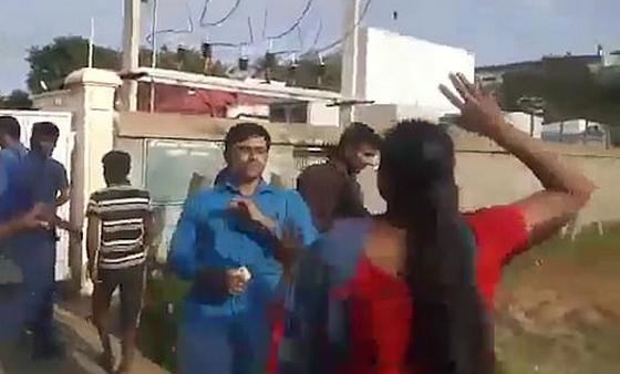 بالفيديو: علقة ساخنة لرجل من زوجتيه بعد إعلان رغبته في الزواج من ثالثة صورة رقم 1