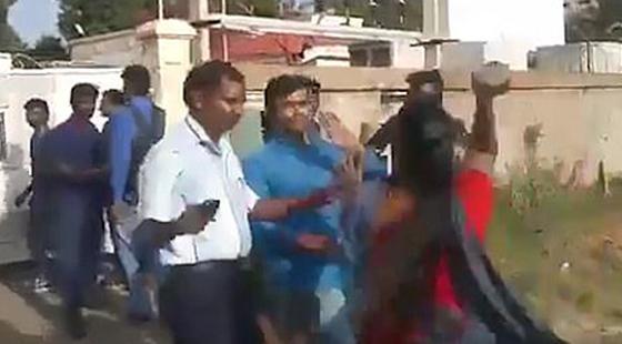 بالفيديو: علقة ساخنة لرجل من زوجتيه بعد إعلان رغبته في الزواج من ثالثة صورة رقم 2