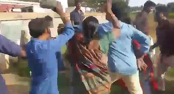 بالفيديو: علقة ساخنة لرجل من زوجتيه بعد إعلان رغبته في الزواج من ثالثة صورة رقم 3