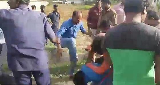 بالفيديو: علقة ساخنة لرجل من زوجتيه بعد إعلان رغبته في الزواج من ثالثة صورة رقم 4