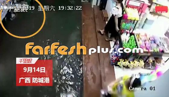 بالفيديو: مصرع امرأة تعرضت لصعقة كهربائية أثناء سيرها في المياه صورة رقم 1