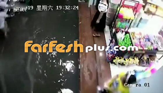بالفيديو: مصرع امرأة تعرضت لصعقة كهربائية أثناء سيرها في المياه صورة رقم 2