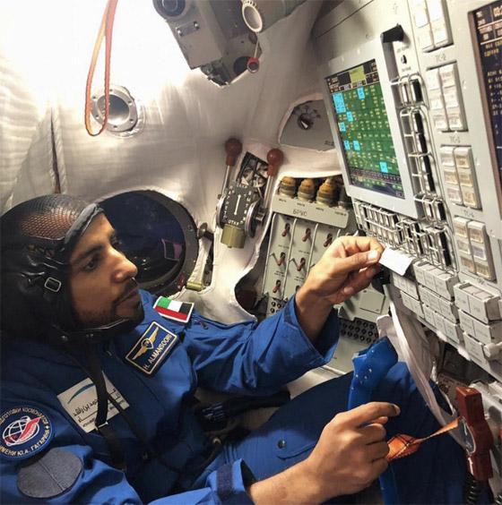 اللحظات الأولى لوصول رائد الفضاء الإماراتي هزاع المنصوري إلى الأرض صورة رقم 19