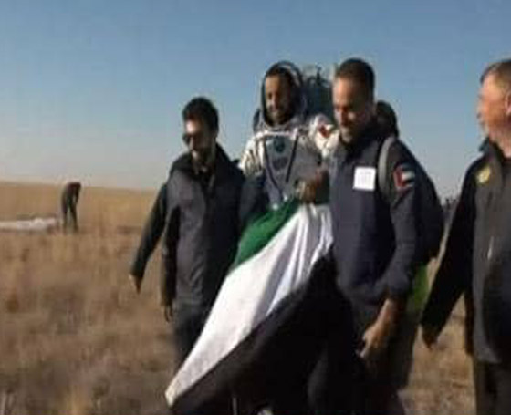 اللحظات الأولى لوصول رائد الفضاء الإماراتي هزاع المنصوري إلى الأرض صورة رقم 14