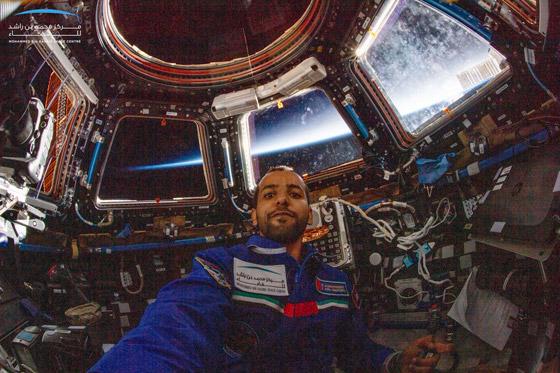 اللحظات الأولى لوصول رائد الفضاء الإماراتي هزاع المنصوري إلى الأرض صورة رقم 8
