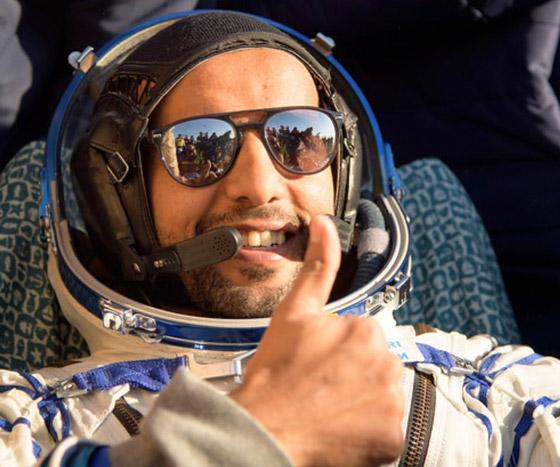 اللحظات الأولى لوصول رائد الفضاء الإماراتي هزاع المنصوري إلى الأرض صورة رقم 1