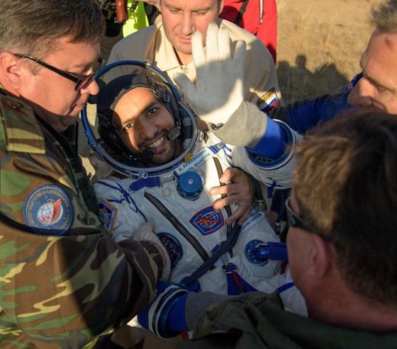 اللحظات الأولى لوصول رائد الفضاء الإماراتي هزاع المنصوري إلى الأرض صورة رقم 3