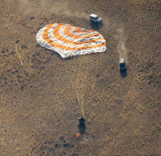 اللحظات الأولى لوصول رائد الفضاء الإماراتي هزاع المنصوري إلى الأرض صورة رقم 12